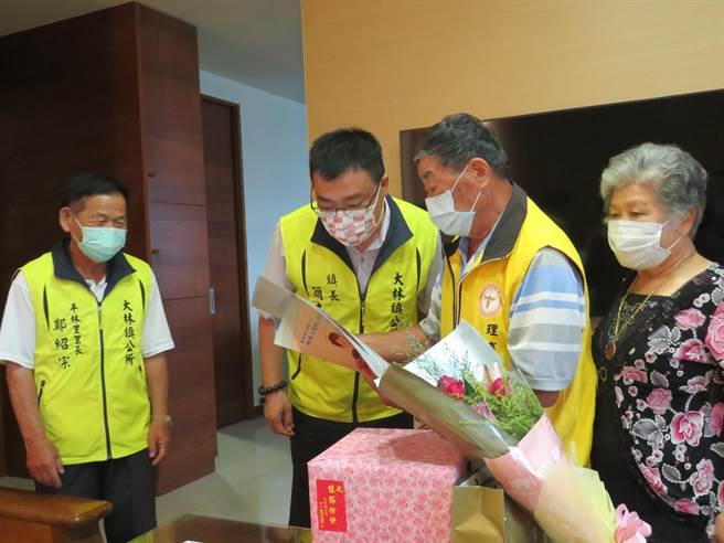 大林鎮模範父親代表王道(右二)一家三代都是養蜂人,今24日大林鎮長簡志偉(左二)親自到府表揚、祝賀。(大林鎮公所提供∕呂妍庭嘉義傳真)