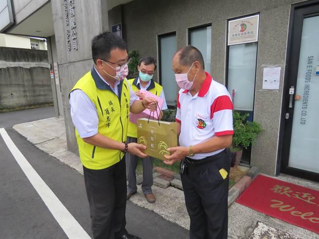 今年大林鎮的好人好事代表何崑池(右)是三億食品原料公司董事長,長年投入社會公益不遺餘力。(大林鎮公所提供∕ 呂妍庭嘉義傳真)
