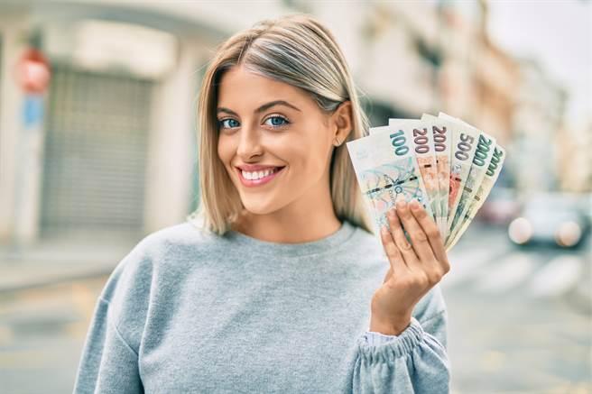 在下半年,雙子座、處女座、雙魚座,以及生肖屬鼠、蛇、狗的人最有機會發大財。(圖/Shutterstock)