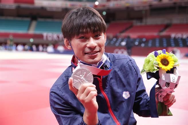 楊勇緯銀牌入袋,為中華隊代表團拿下第一面獎牌。  (季志翔/攝)