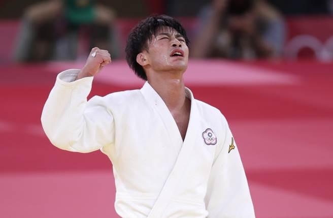 中華隊楊勇緯壓制法國對手成功闖進金牌戰,勝利剎那他興奮地握拳。(季志翔攝)