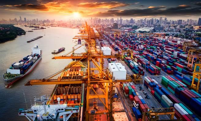 疫情、天災結合對港口的網攻,全球航運量正嚴重緊縮,並導致供應鏈的青黃不接。(達志影像/Shutterstock)