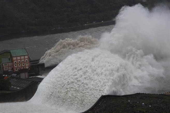 時隔647天,石門水庫24日上午接近245公尺滿庫水位,實施調節性洩洪;受中颱烟花外圍環流帶來明顯降雨,自5月30日最近蓄水率7.66%,不到兩個月時間又滿載,這是2019年8月9日利奇馬颱風時滿水位後,再次開啟洩洪道,吸引許多民眾冒雨湧入水庫壩頂觀看,附近後池大橋橋墩幾乎被滾滾泥流吞噬。(讀者邱儷萍提供)