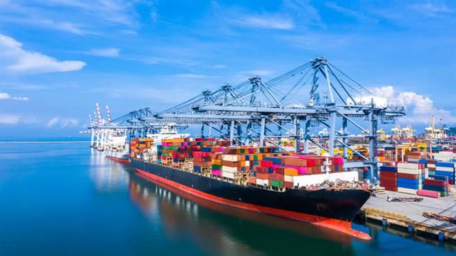 謝金河表示,若運價第四季到明年仍維持高檔,才是貨櫃三雄基本面牽動股價的最重要元素。(示意圖/達志影像/shutterstock)