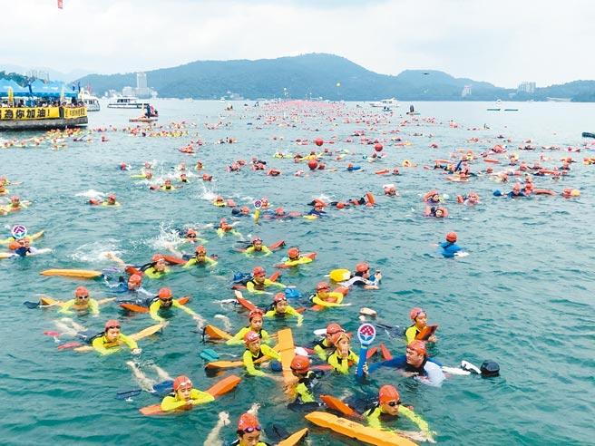 防疫警戒降級不解封,今年日月潭萬人泳渡確定停辦。(本報資料照片)