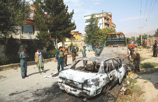 美軍即將全面撤出阿富汗,當地局勢惡化,民兵組織塔里班加大在各地攻勢,圖為首都喀布爾總統府附近,日前遭火箭彈襲擊。美國官員22日透露,美軍過去30天在阿境發動6次空襲,以支持阿國安全部隊對抗塔里班。(新華社)