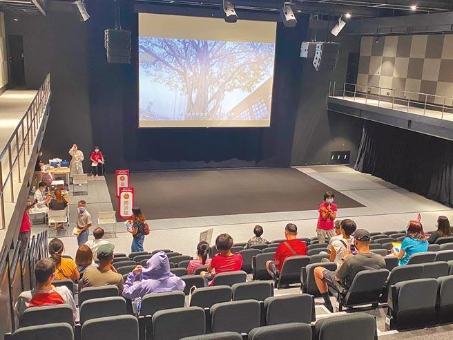 台南美術館2館跨域展演廳,昨天化身為疫苗接種站,民眾在這裡享有藝術氛圍,還有「跟著志玲姊姊走進南美館」影片相伴。(曹婷婷攝)