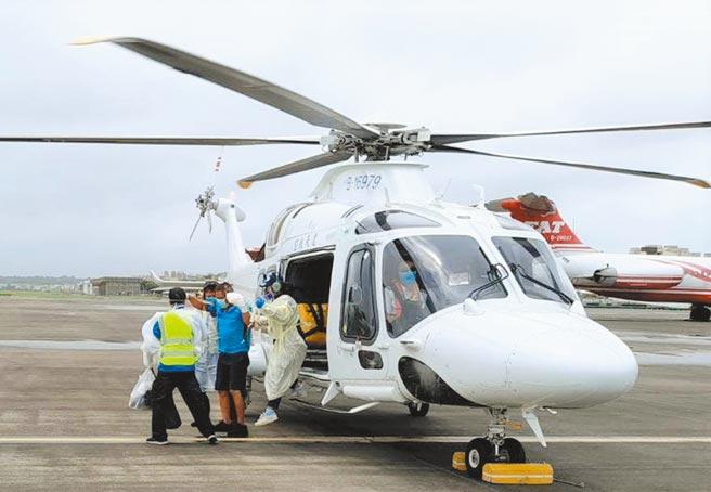 颱風天澎湖救護車及直升機陸空接力後送高雄及時救回傷者斷指。(凌天航空提供/陳可文澎湖傳真)