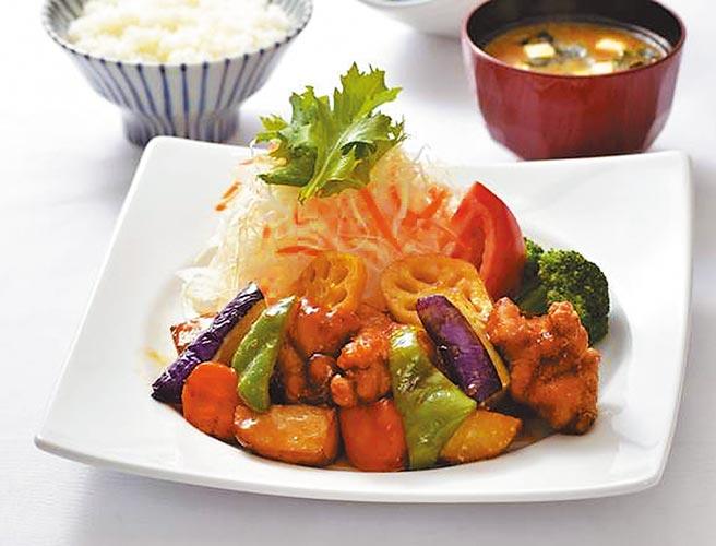 京站的大戶屋雞肉蔬菜燴黑醋醬便當,推薦價264元。(京站提供)