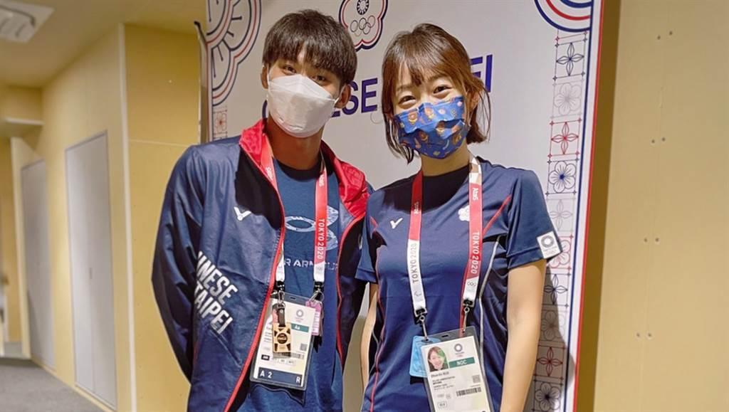 郭純恩醫師(右)於東京奧運團本部前與柔道選手楊勇緯(左)合影。 (長庚運動醫學團隊提供)