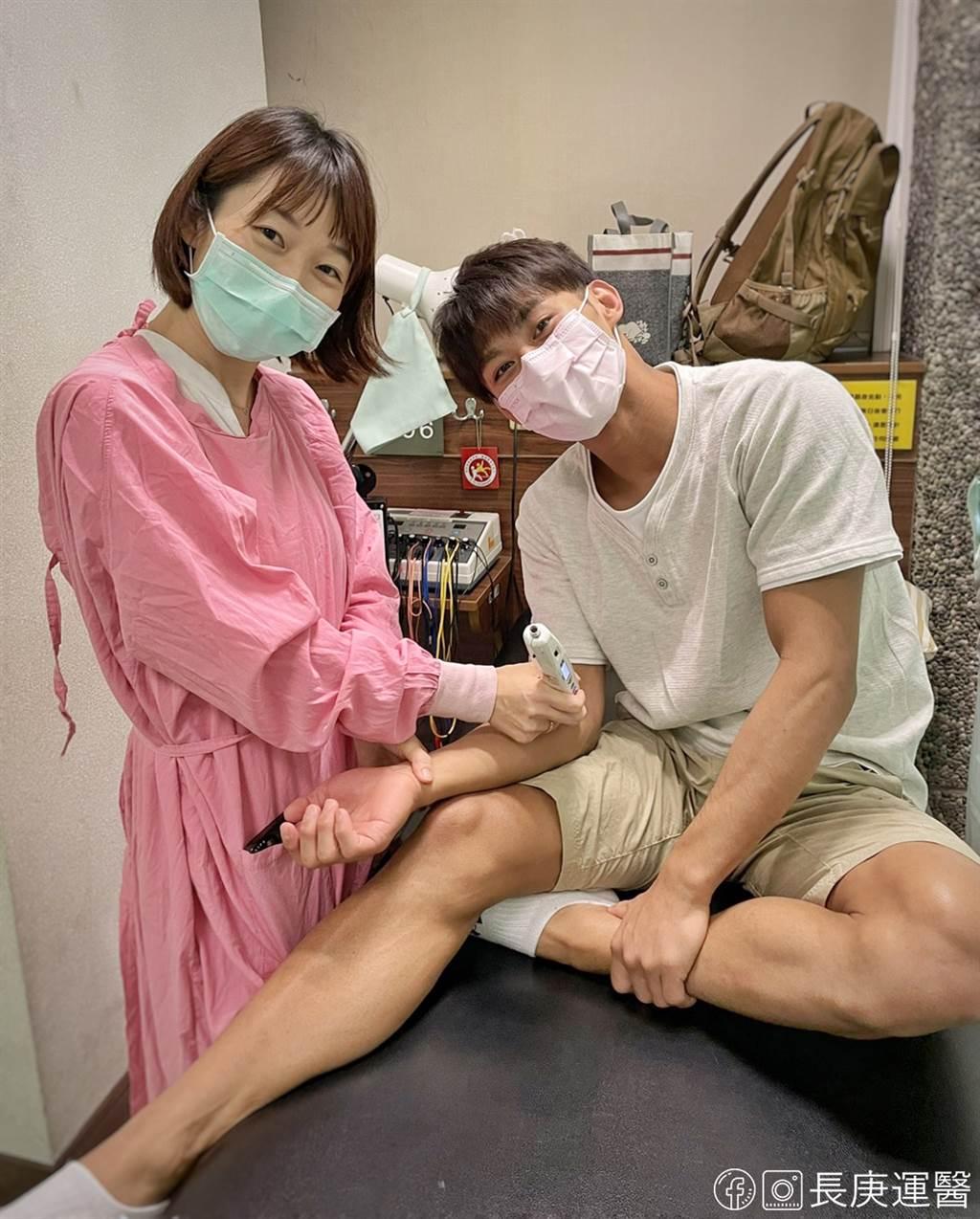 楊勇緯(右)於出發東京前於高雄長庚找郭純恩醫師治療(左) 。(長庚運動醫學團隊提供)