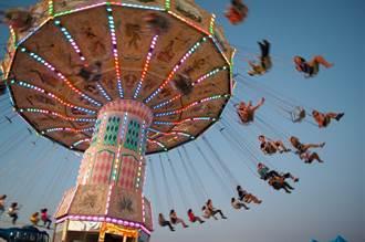 絕命終結站!飛天鞦韆突失控 金屬片噴射女童滿腿血