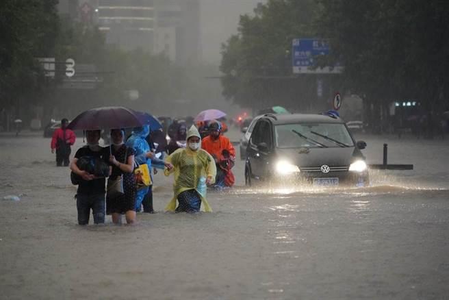 河南鄭州連日來降下大雨,20日當天更出現驚人的201mm時雨量,淹沒了地鐵與京廣隧道。(圖/中新社)
