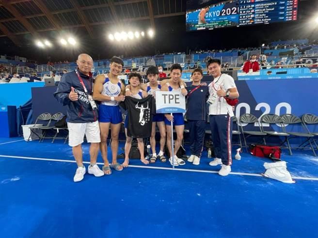 中華男子體操隊帶著印有游朝偉吊環的黑色短T參加東京奧運,並拿出來鼓舞士氣。(中華男子體操隊提供)