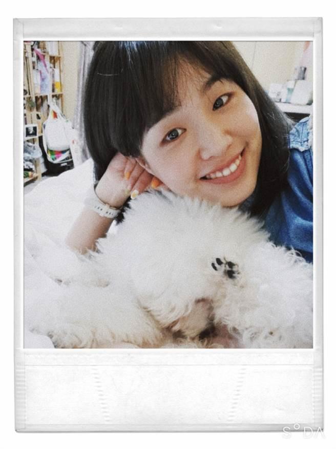 熱愛毛孩的惠涓本身在店內飼養愛犬數量高達5隻,嚇壞不少客人。(蔡旻妤攝)