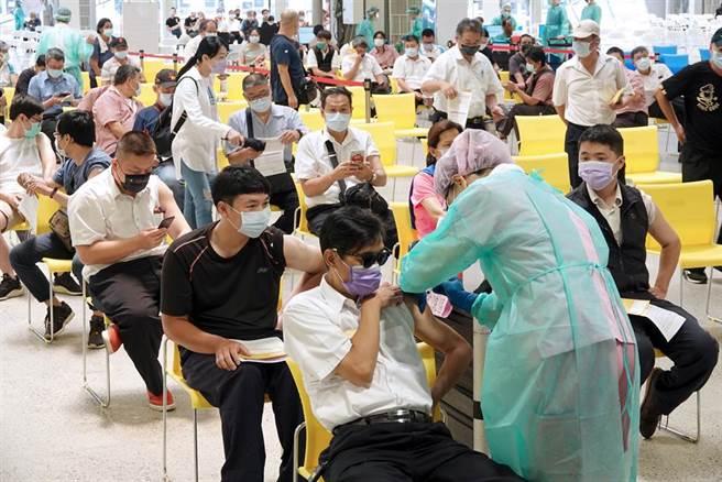 陳志金在臉書分享最多國家疫苗認可排行曝光,莫德納僅排行第五。(圖/示意圖,報系資料照)