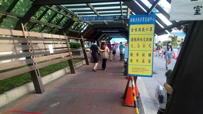 梧棲漁港實施人車降載管制,並加強宣導防疫規定。(台中市農業局提供/王文吉台中傳真)