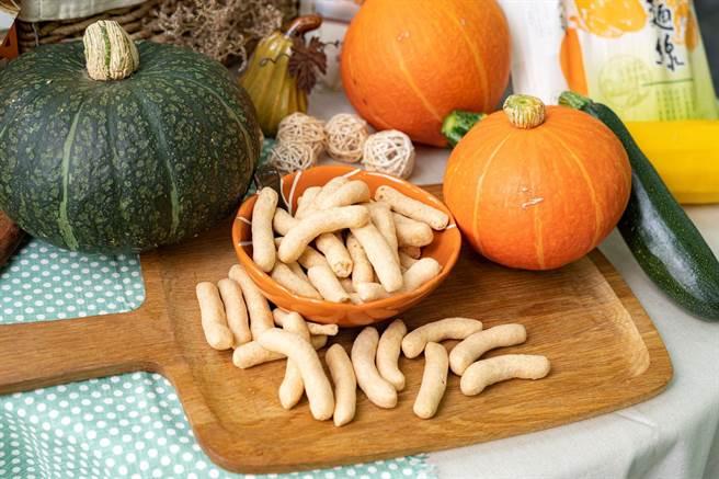 「南瓜鮮味酥」以新鮮魚漿加上淡水在地南瓜製作而成,作為自家零嘴點心或伴手禮品都合適(農業局提供/戴上容新北傳真)