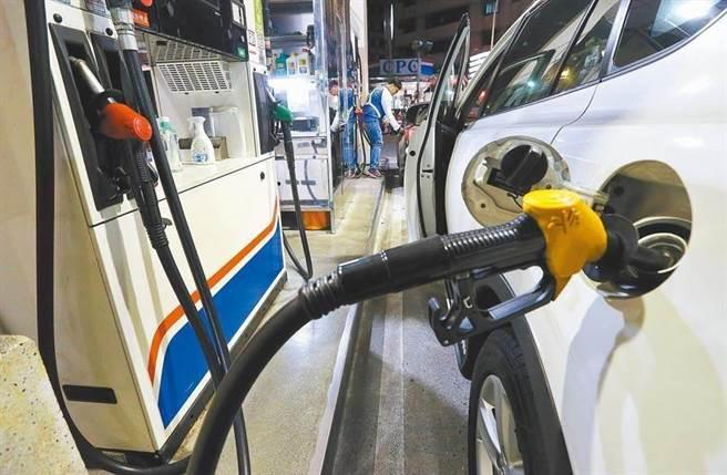 油價震盪起伏 汽油調降0.2元 柴油調漲0.1元。(本報資料照片)