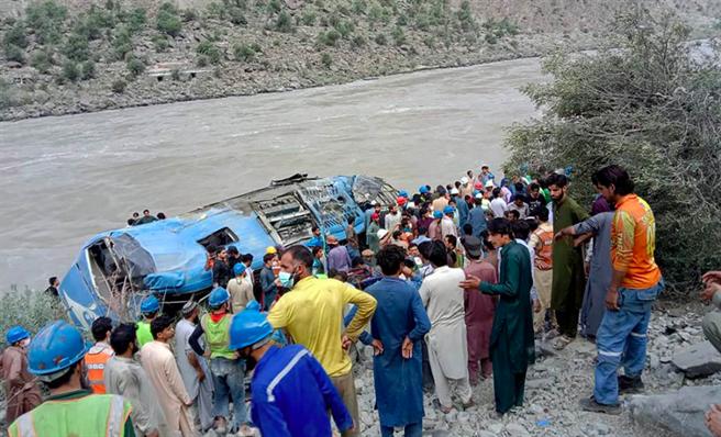 大陸將巴基斯坦巴士爆炸案定位為炸彈襲擊,大陸因此派聯合工作組赴巴國。(圖/美聯社)