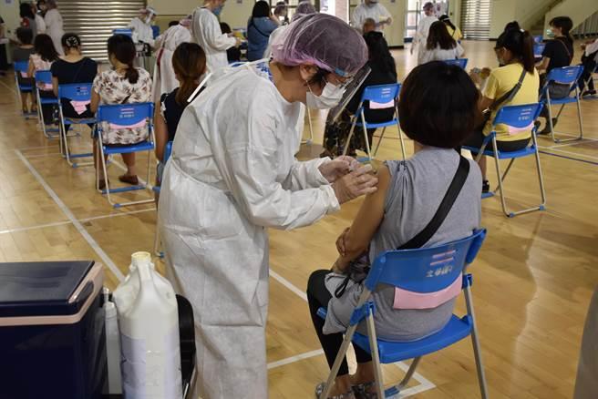 苗栗縣將從26日起對屆效期莫德納疫苗加強施打速度。(謝明俊攝)
