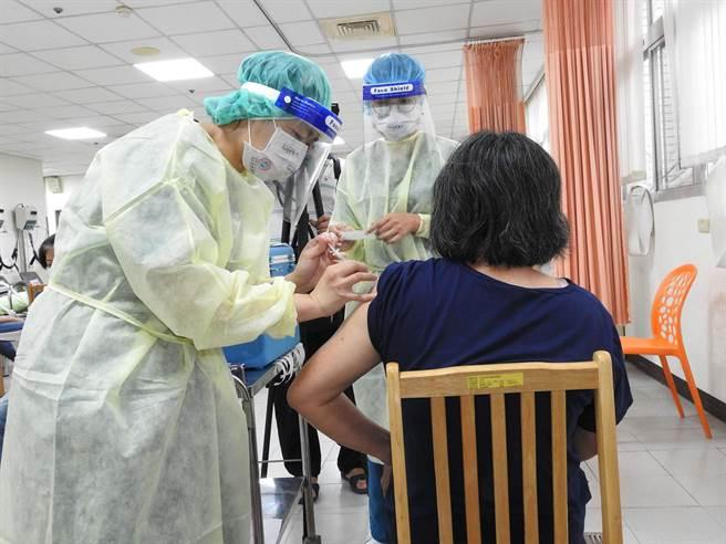 台中市議員張廖乃綸、張瀞分、李榮鴻痛批說,中央疫苗分配不公,惹禍卻要地方來承擔。(陳世宗攝)
