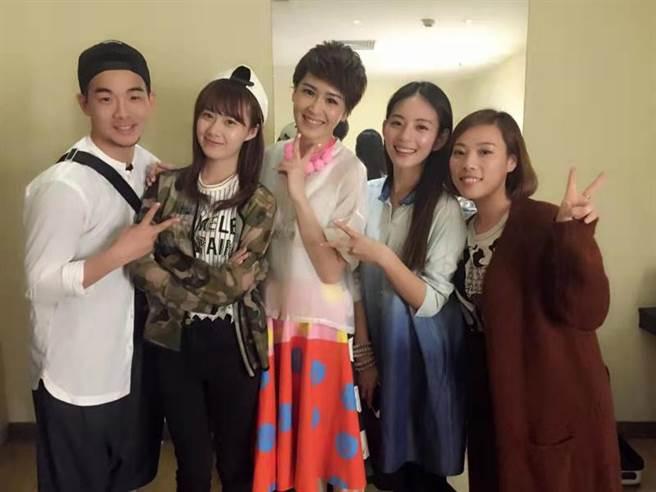 王薇(右二)曾來台與曾沛慈合作拍戲。(LiTV、華星百匯(北京)傳媒提供)