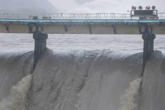 中央氣象局發布大雨特報,西南風影響,易有短延時強降雨。圖為24日石門水庫洩洪情形。(圖/讀者邱儷萍提供)