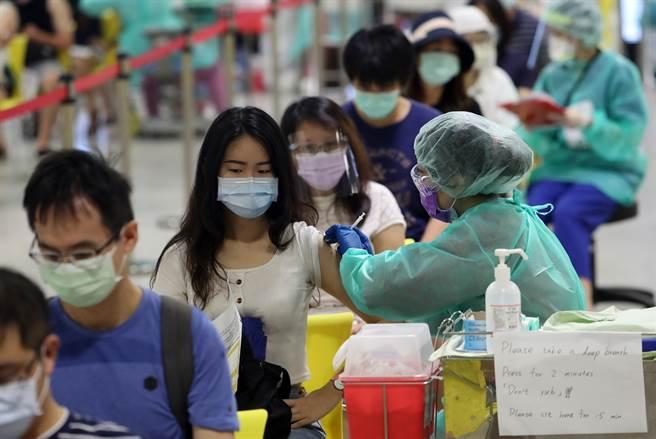 中央流行疫情指揮中心今(25)日拍板,打完AZ疫苗8周後可混打莫德納或BNT。圖為疫苗施站,民眾打疫苗情形。(劉宗龍攝)