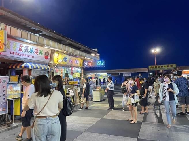 花蓮東大門夜市降至二級警戒期間,攤位依然只能提供外帶服務,不開放內用。(羅亦晽攝)