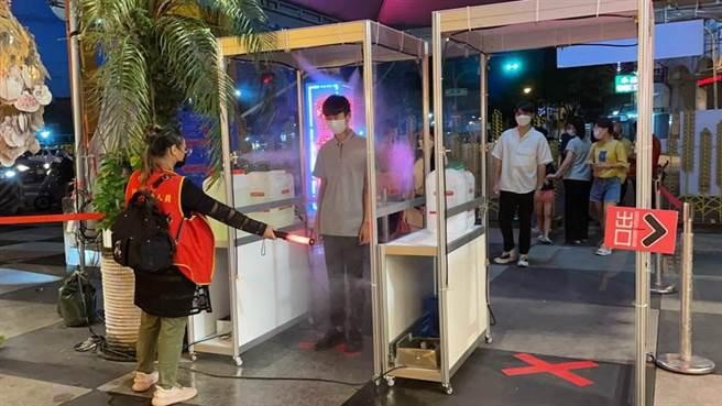 花蓮東大門夜市降至二級警戒期間,總量管制人數提升至3000人,不過僅開放3處出入口,民眾進入前均行實聯制、量測體溫及消毒等作業。(羅亦晽攝)
