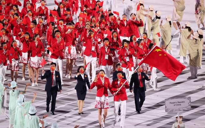 大陸《騰訊網》的東奧開幕式現場轉直播在台灣代表團入場前突然將畫面切換到一場脫口秀節目,等到恢復開幕式直播的時候,連中國代表團入場過程也已經結束,遭到網民罵翻。圖為中國隊入場畫面。(圖/微博)