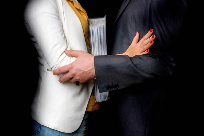 台中一名櫃姐擋不住人夫的溫柔誘惑,飛蛾撲火當起小三搞婚外情,慘遭正宮提告求償精神撫慰金。(示意圖/Shutterstock)
