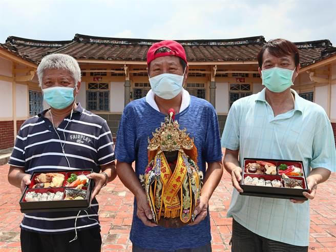莊昆寶(中)、黃偉璋(左)和黃姓友人在疫情肆虐下逆勢而為,籌備成立「三個臭皮匠之家」推展農村觀光遊程。(張毓翎攝)