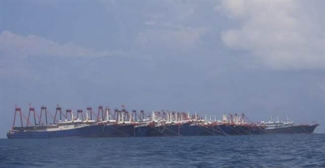 數個月來停泊在牛軛礁附近的2百餘艘大陸漁船讓菲律賓相當困擾,北京聲稱這些漁船是在當地避風。(圖/美聯社)