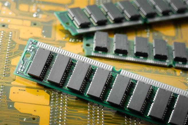 疫情帶動全球半導體產業供應緊張,終端產品的智慧化以及居家辦公與娛樂帶來的電子產品需求也推升記憶體需求,台灣記憶體供應鏈的商機爆發才剛開始。(圖/shutterstock)