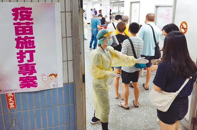 台北市長柯文哲指出,昨日新增7例中有4例是在開趴聚會而感染,他拜託大家在疫情期間不要開趴踢。圖為24日雖是周末假日,不少民眾仍趁空前往北市成德區民活動中心疫苗接種站打疫苗。(姚志平攝)