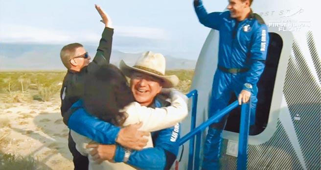 荷蘭富二代戴蒙日前跟著全球首富貝佐斯(前右)一同上太空,他爆料曾告訴貝佐斯,自己不曾上亞馬遜網購,似乎令這位電商龍頭訝異。(摘自Blue Origin官網)