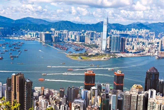 中美間因香港議題,近期相互制裁對方官員,後續表態也針鋒相對。圖為香港維多利亞港。(新華社)