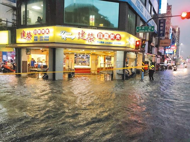 高市新興區八德和林森路因19日晚間雷電雨交加,一度淹水至小腿肚,事後居民怒爆指幸福川的閘門忘了開啟。(讀者提供/石秀華高雄傳真)