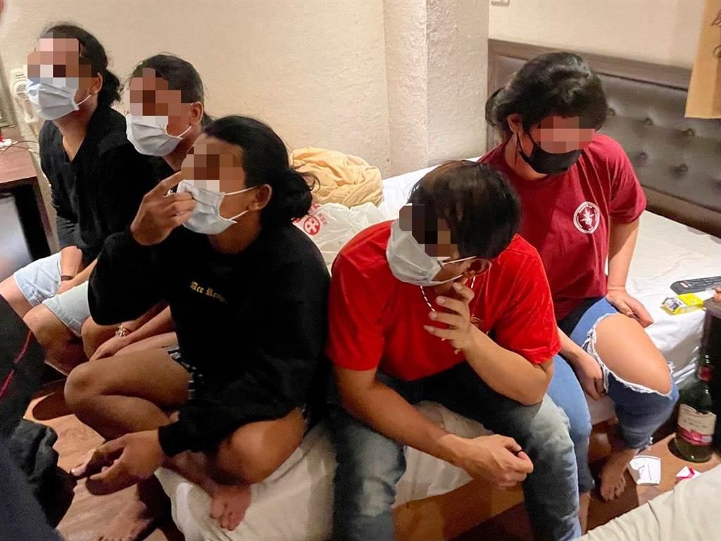 5名印尼移工買台灣小吃在旅館群聚喝酒,遭移民署和警方聯手查獲。(翻攝照片/石秀華高雄傳真)