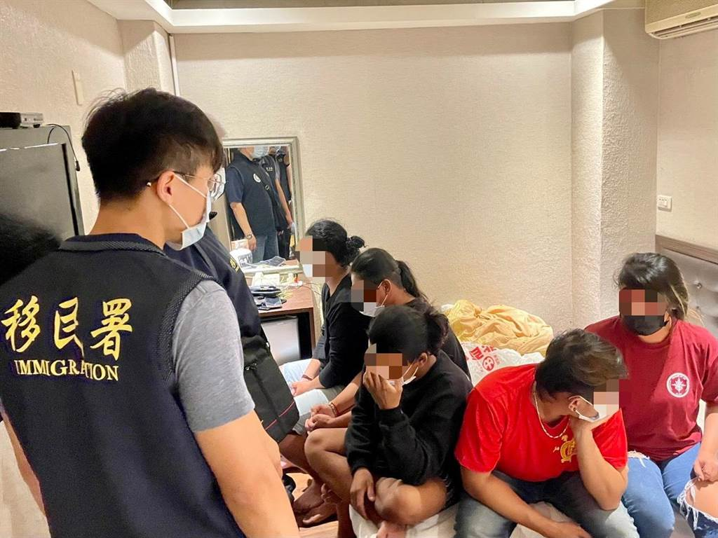 移民署和警方發現房內共有4男1女印尼籍船員群聚。(翻攝照片/石秀華高雄傳真)