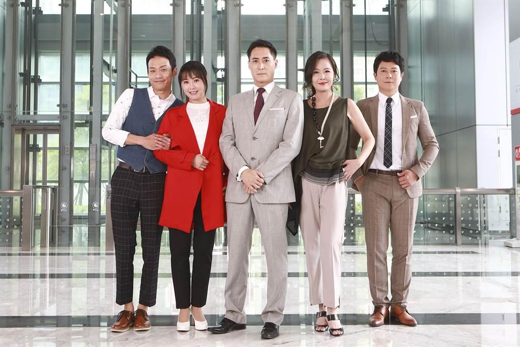 《黃金歲月》中富貴飯店成員張哲豪(左起)、陳妍安、黃建群、岳虹、王燦。(民視提供)