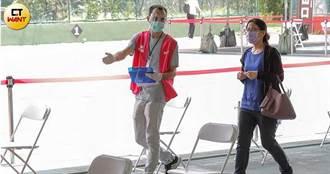 最暖疫面1/困台「阿兜仔」站出來 衝疫苗前線助阿公阿嬤「寫中文」