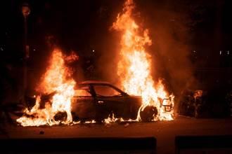國1酒駕自撞車子「燒到剩框」 他腿斷受困民眾合力搶命拖出
