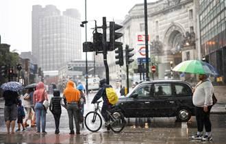 倫敦3小時降下一個月雨量 市區交通大亂