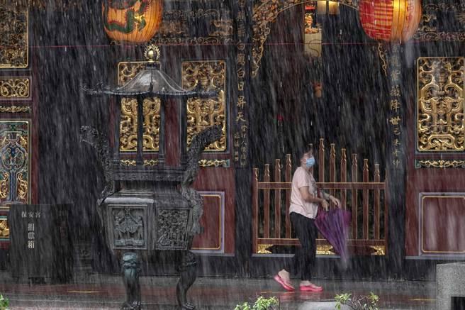 中南部今起到下周三(8月4日)連10天都有強對流降雨,有致災可能,周三至周五,範圍擴展至北部、東半部,也有午後雷陣雨。(黃子明攝)