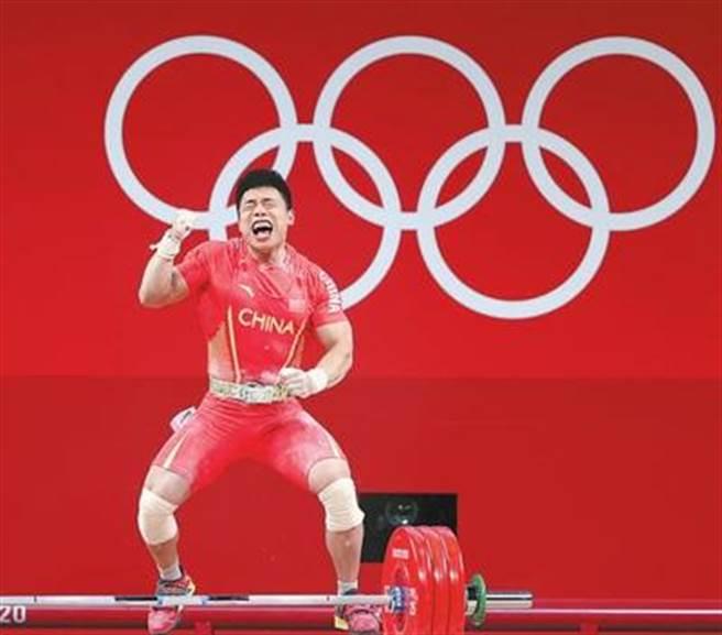 舉重男子67公斤級,大陸隊選手諶利軍奪冠。(新華社)