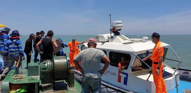 在金門母嶼外海搶修海底電纜的工作船「鴻偉8號」昨傳出1名船員激烈腹痛,金門海巡隊火速派遣船隻接駁上岸就醫。(海巡提供)