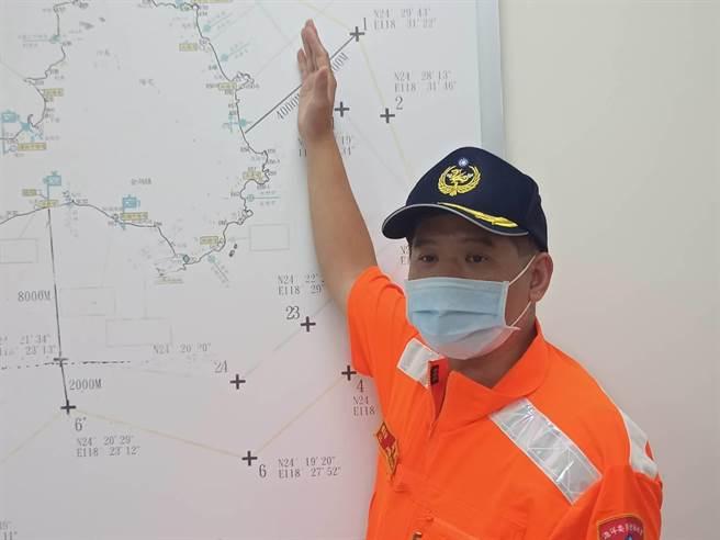 金門海巡隊組主任彭宥淋說明接駁救援過程,腹痛船員送醫已無大礙。(海巡提供)